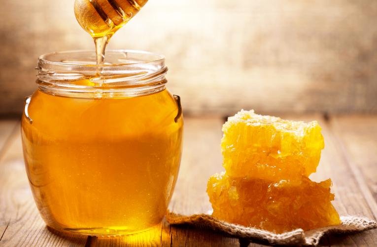 Giải mã điềm báo mơ thấy mật ong đánh con gì dễ thắng cược?
